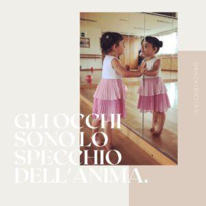 bambina allo specchio che danza
